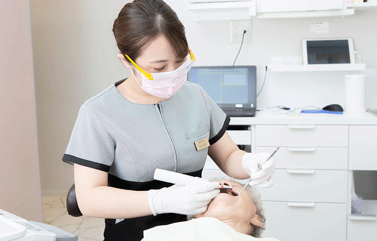 歯科医院の専門器械を使った施術